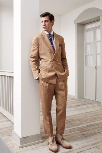 Cómo combinar: botas brogue de ante marrón claro, pantalón de vestir marrón claro, camisa de vestir celeste, blazer cruzado marrón claro