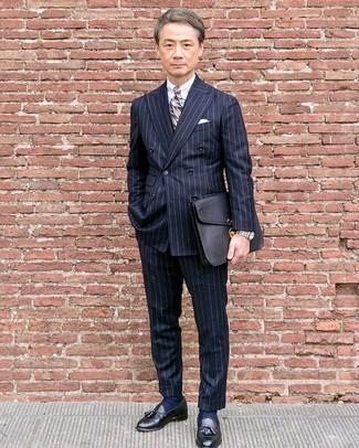 Cómo combinar: mocasín con borlas de cuero negro, pantalón de vestir de rayas verticales azul marino, camisa de vestir blanca, blazer cruzado de rayas verticales azul marino