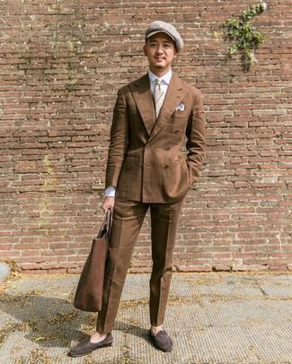 Cómo combinar: mocasín de ante en marrón oscuro, pantalón de vestir marrón, camisa de vestir blanca, blazer cruzado marrón
