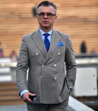 Cómo combinar: corbata de punto azul, pantalón de vestir gris, camisa de vestir celeste, blazer cruzado gris