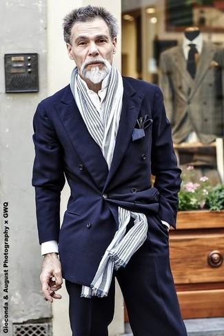Cómo combinar: bufanda de rayas verticales gris, pantalón de vestir negro, camisa de vestir blanca, blazer cruzado azul marino