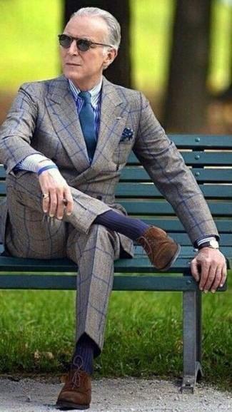 Cómo combinar: zapatos derby de ante en marrón oscuro, pantalón de vestir de lana a cuadros gris, camisa de vestir de rayas verticales en blanco y azul marino, blazer cruzado de lana a cuadros gris