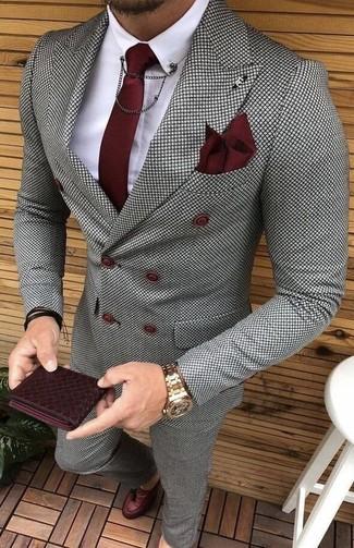 Cómo combinar: mocasín con borlas de cuero burdeos, pantalón de vestir a cuadros gris, camisa de vestir blanca, blazer cruzado a cuadros gris