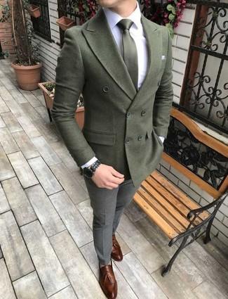 Cómo combinar: mocasín con borlas de cuero marrón, pantalón de vestir de lana gris, camisa de vestir blanca, blazer cruzado de lana verde oliva