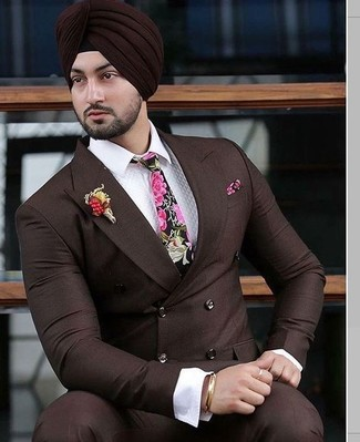 Cómo combinar: corbata con print de flores rosa, pantalón de vestir en marrón oscuro, camisa de vestir blanca, blazer cruzado en marrón oscuro