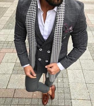 Cómo combinar: mocasín con borlas de cuero marrón, pantalón de vestir en gris oscuro, camisa de vestir blanca, blazer cruzado a cuadros en gris oscuro