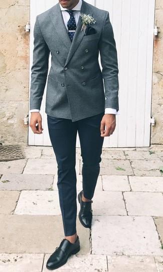 Cómo combinar: zapatos con doble hebilla de cuero negros, pantalón de vestir negro, camisa de vestir blanca, blazer cruzado de lana gris