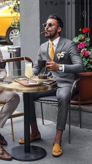 Cómo combinar: mocasín de ante amarillo, pantalón de vestir de rayas verticales gris, camisa de vestir blanca, blazer cruzado de rayas verticales gris
