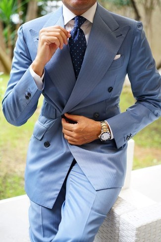 Cómo combinar: corbata a lunares azul marino, pantalón de vestir celeste, camisa de vestir blanca, blazer cruzado celeste