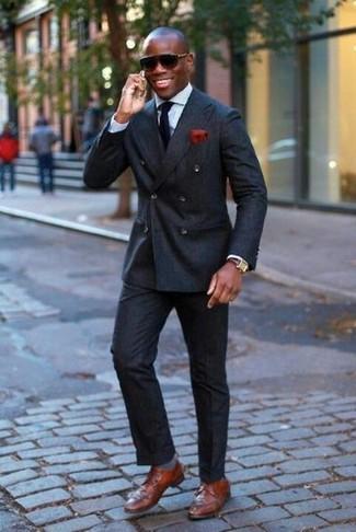 Combinar un pantalón de vestir negro: Usa un blazer cruzado negro y un pantalón de vestir negro para una apariencia clásica y elegante. ¿Quieres elegir un zapato informal? Complementa tu atuendo con zapatos derby de cuero marrónes para el día.