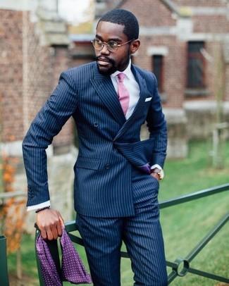 Cómo combinar: corbata rosada, pantalón de vestir de rayas verticales azul marino, camisa de vestir blanca, blazer cruzado de rayas verticales azul marino