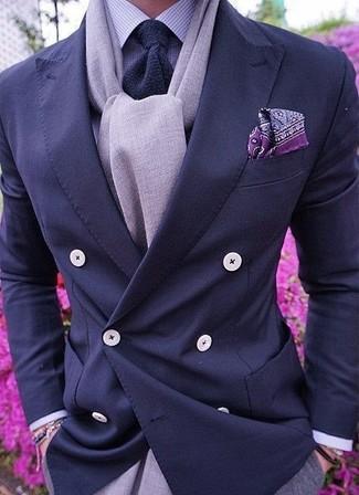 Cómo combinar: corbata de punto azul marino, pantalón de vestir gris, camisa de vestir de cuadro vichy violeta claro, blazer cruzado azul marino