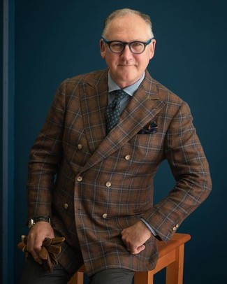 Combinar un blazer a cuadros marrón: Emparejar un blazer a cuadros marrón con un pantalón de vestir en gris oscuro es una opción práctica para una apariencia clásica y refinada.