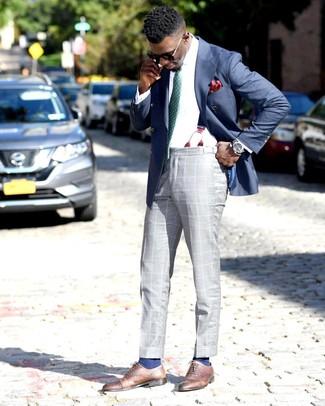 Combinar un blazer cruzado azul: Usa un blazer cruzado azul y un pantalón de vestir de tartán gris para un perfil clásico y refinado. Zapatos oxford de cuero marrónes son una opción grandiosa para complementar tu atuendo.