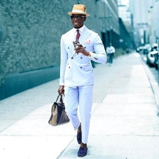 Combinar una corbata a lunares burdeos: Casa un blazer cruzado celeste con una corbata a lunares burdeos para un perfil clásico y refinado. ¿Te sientes valiente? Completa tu atuendo con mocasín con borlas de ante azul.