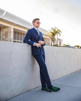 Combinar una camisa de vestir violeta claro: Elige una camisa de vestir violeta claro y un pantalón de vestir azul para una apariencia clásica y elegante. Si no quieres vestir totalmente formal, usa un par de mocasín de cuero verde oscuro.