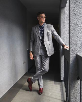 Cómo combinar: zapatos con doble hebilla de cuero rojos, pantalón de vestir de lana gris, camisa de vestir con print de flores en azul marino y blanco, blazer cruzado de lana gris