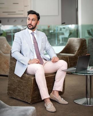 Cómo combinar: mocasín con borlas de ante marrón claro, pantalón de vestir rosado, camisa de vestir blanca, blazer cruzado celeste