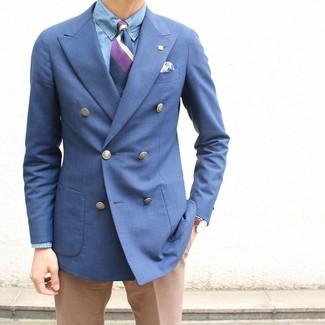 Combinar un blazer cruzado azul: Considera emparejar un blazer cruzado azul con un pantalón de vestir marrón claro para un perfil clásico y refinado.