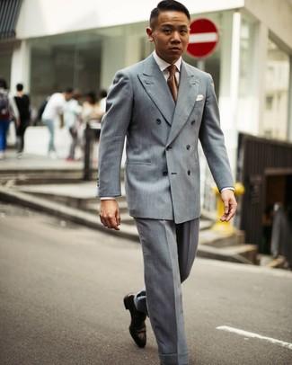 Cómo combinar: zapatos oxford de cuero en marrón oscuro, pantalón de vestir gris, camisa de vestir blanca, blazer cruzado gris