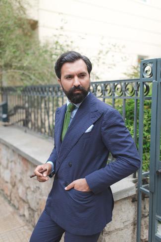 Cómo combinar: corbata de punto verde, pantalón de vestir de seersucker azul marino, camisa de vestir de rayas verticales celeste, blazer cruzado de seersucker azul marino