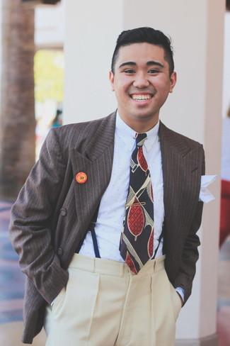 Cómo combinar: corbata estampada azul marino, pantalón de vestir de lana en beige, camisa de vestir a lunares celeste, blazer cruzado de rayas verticales en marrón oscuro