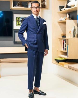 Cómo combinar: mocasín con borlas de cuero negro, pantalón de vestir azul marino, camisa de vestir de tartán en blanco y azul marino, blazer cruzado azul marino