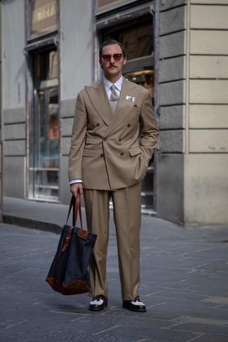 Cómo combinar: mocasín con borlas de cuero en blanco y negro, pantalón de vestir marrón, camisa de vestir blanca, blazer cruzado marrón