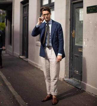 Cómo combinar: mocasín de cuero marrón, pantalón de vestir de lino en beige, camisa de vestir de rayas verticales celeste, blazer cruzado azul marino