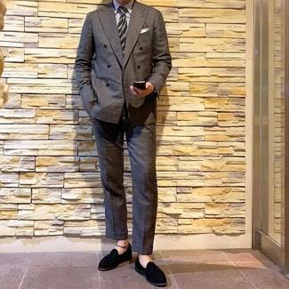 Cómo combinar: mocasín con borlas de ante negro, pantalón de vestir en gris oscuro, camisa de vestir de rayas verticales blanca, blazer cruzado en gris oscuro