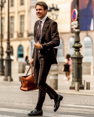 Combinar unos calcetines en marrón oscuro: Considera emparejar un blazer cruzado en marrón oscuro con unos calcetines en marrón oscuro para un look diario sin parecer demasiado arreglada. Con el calzado, sé más clásico y elige un par de mocasín con borlas de cuero negro.