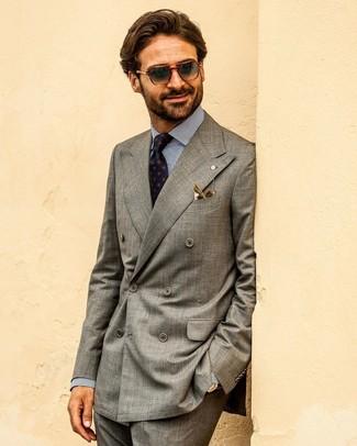 Cómo combinar: corbata estampada azul marino, pantalón de vestir en gris oscuro, camisa de vestir de rayas verticales en blanco y azul marino, blazer cruzado gris