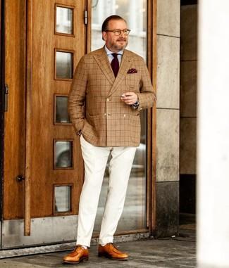 Cómo combinar: zapatos derby de cuero marrón claro, pantalón de vestir blanco, camisa de vestir celeste, blazer cruzado de tartán marrón claro
