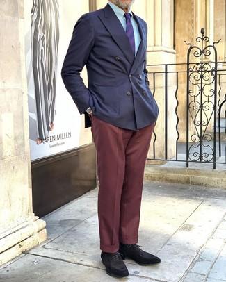 Combinar unos zapatos derby de ante negros: Elige un blazer cruzado azul marino y un pantalón de vestir burdeos para un perfil clásico y refinado. Si no quieres vestir totalmente formal, completa tu atuendo con zapatos derby de ante negros.