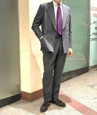 Cómo combinar: mocasín con borlas de ante negro, pantalón de vestir en gris oscuro, camisa de vestir blanca, blazer cruzado en gris oscuro