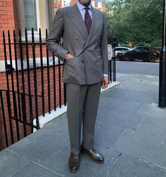 Combinar una corbata de rayas horizontales verde oscuro: Emparejar un blazer cruzado gris con una corbata de rayas horizontales verde oscuro es una opción buena para una apariencia clásica y refinada. ¿Por qué no añadir zapatos derby de cuero verde oliva a la combinación para dar una sensación más relajada?