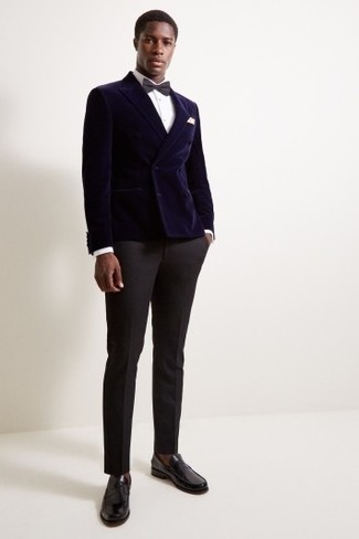 Cómo combinar: mocasín de cuero negro, pantalón de vestir negro, camisa de vestir blanca, blazer cruzado de terciopelo azul marino