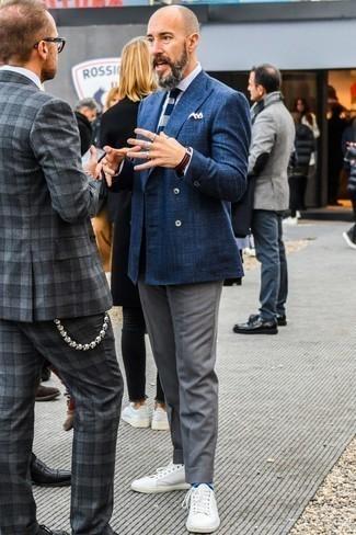 Combinar una chaqueta: Empareja una chaqueta con un pantalón de vestir gris para un perfil clásico y refinado. Si no quieres vestir totalmente formal, usa un par de tenis de cuero blancos.