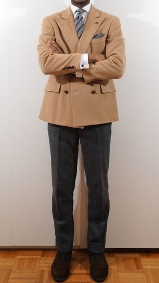 Combinar un pantalón de vestir de lana en gris oscuro: Utiliza un blazer cruzado marrón claro y un pantalón de vestir de lana en gris oscuro para un perfil clásico y refinado. Si no quieres vestir totalmente formal, opta por un par de zapatos oxford de ante en marrón oscuro.