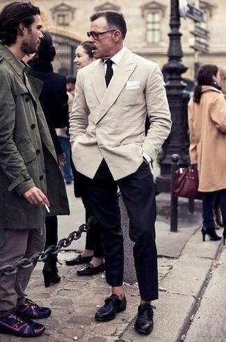 Combinar unos zapatos con hebilla de cuero negros: Considera ponerse un blazer cruzado en beige y un pantalón de vestir negro para un perfil clásico y refinado. ¿Por qué no añadir zapatos con hebilla de cuero negros a la combinación para dar una sensación más relajada?