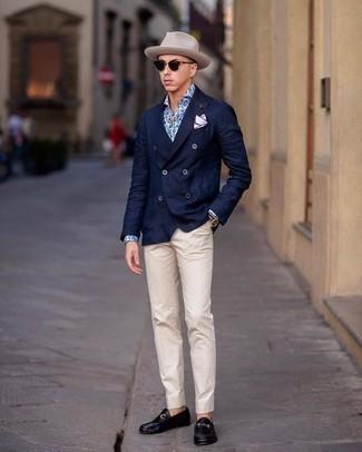 Combinar un blazer cruzado: Ponte un blazer cruzado y un pantalón de vestir en beige para un perfil clásico y refinado. ¿Quieres elegir un zapato informal? Usa un par de mocasín de cuero negro para el día.