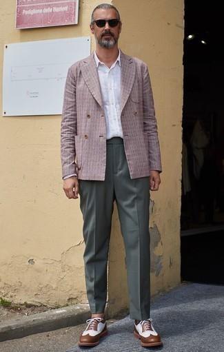 Combinar un pantalón de vestir verde oscuro: Intenta ponerse un blazer cruzado rosado y un pantalón de vestir verde oscuro para un perfil clásico y refinado. Haz este look más informal con zapatos brogue de cuero marrónes.