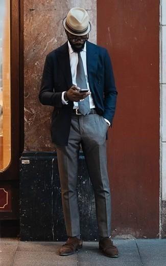 Outfits hombres: Intenta combinar un blazer cruzado azul marino junto a un pantalón de vestir gris para un perfil clásico y refinado. Si no quieres vestir totalmente formal, usa un par de zapatos con doble hebilla de ante en marrón oscuro.