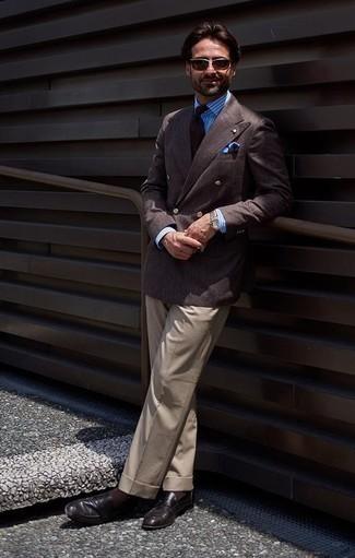 Combinar un pañuelo de bolsillo estampado azul: Para crear una apariencia para un almuerzo con amigos en el fin de semana ponte un blazer cruzado en marrón oscuro y un pañuelo de bolsillo estampado azul. Mocasín de cuero negro proporcionarán una estética clásica al conjunto.