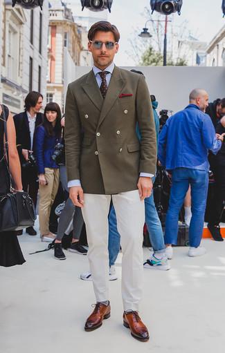 Combinar un blazer cruzado verde oliva: Opta por un blazer cruzado verde oliva y un pantalón de vestir blanco para rebosar clase y sofisticación. ¿Quieres elegir un zapato informal? Usa un par de zapatos oxford de cuero en tabaco para el día.