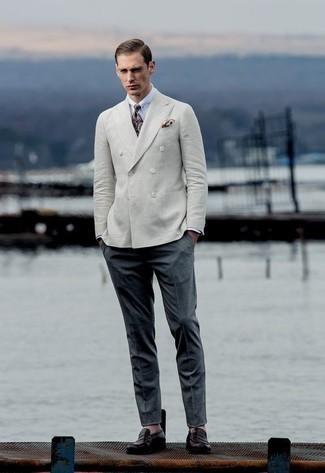 Combinar una camisa de vestir blanca: Emparejar una camisa de vestir blanca junto a un pantalón de vestir en gris oscuro es una opción grandiosa para una apariencia clásica y refinada. Si no quieres vestir totalmente formal, haz mocasín de cuero morado oscuro tu calzado.