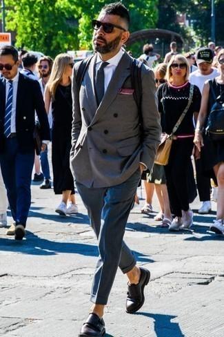 Combinar unos zapatos con doble hebilla de cuero en marrón oscuro: Emparejar un blazer cruzado gris con un pantalón de vestir azul marino es una opción inigualable para una apariencia clásica y refinada. ¿Te sientes valiente? Completa tu atuendo con zapatos con doble hebilla de cuero en marrón oscuro.