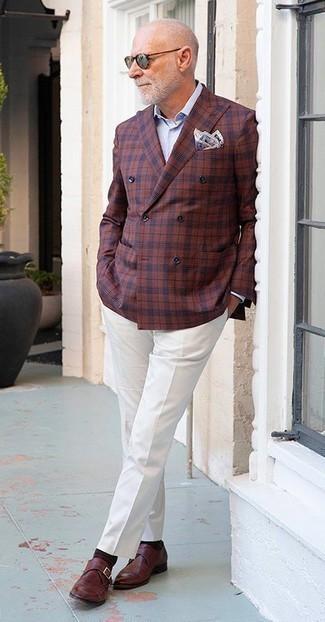 Outfits hombres: Emparejar un blazer cruzado a cuadros burdeos con un pantalón de vestir blanco es una opción incomparable para una apariencia clásica y refinada. Zapatos con hebilla de cuero burdeos añadirán un nuevo toque a un estilo que de lo contrario es clásico.