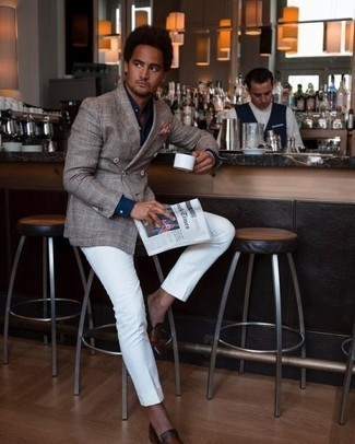 Combinar una camisa de vestir azul marino: Elige una camisa de vestir azul marino y un pantalón de vestir blanco para rebosar clase y sofisticación. Mocasín de cuero marrón resaltaran una combinación tan clásico.