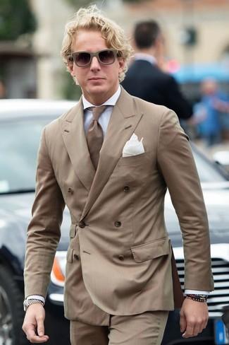Combinar un blazer de rayas verticales marrón: Ponte un blazer de rayas verticales marrón y un pantalón de vestir de rayas verticales marrón para una apariencia clásica y elegante.